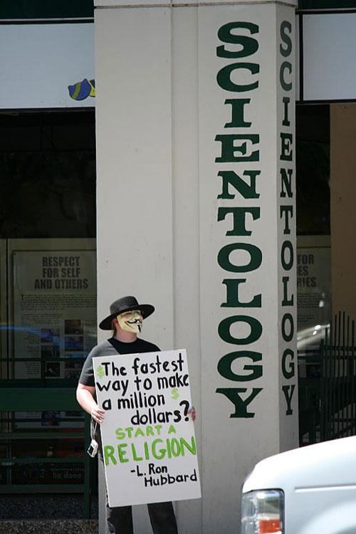 Un manifestant anonyme contre l'Église de scientologie en mars 2008 (source : Wikimedia commons, auteur : Shane Pope, Dallas)