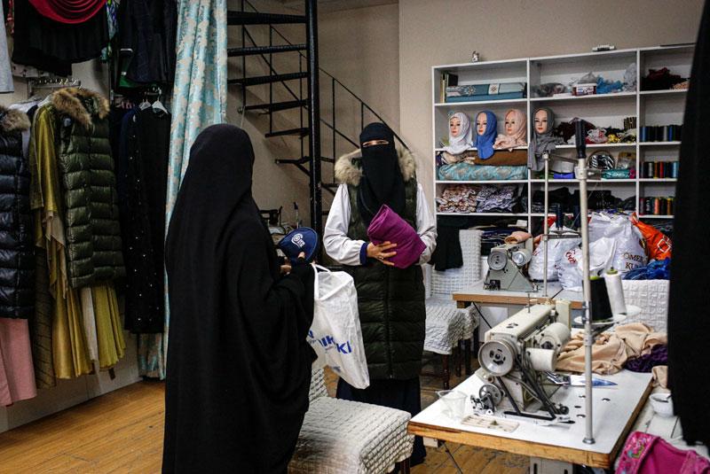 Kalbinur Tursun, à droite, dans sa boutique à Istanbul (Photo tirée du NYT)