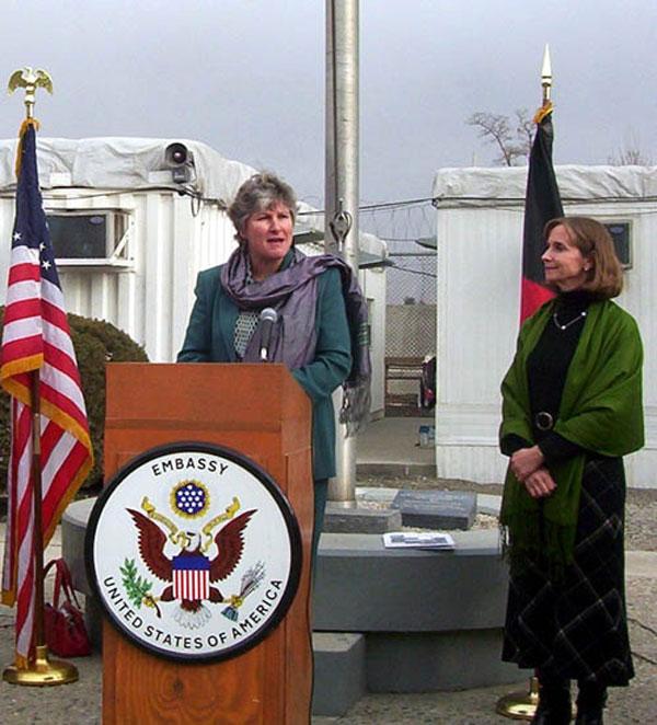 Paula Dobriansky (à droite), en 2004, avec la conseillère du président George W. Bush, Karen Hughes, à Kabul/Afghanistan. (Source : archives du Département d'État US)
