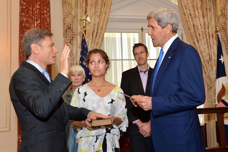 Le secrétaire d'État Kerry fait prêter serment au secrétaire adjoint Malinowski (source : flickr)