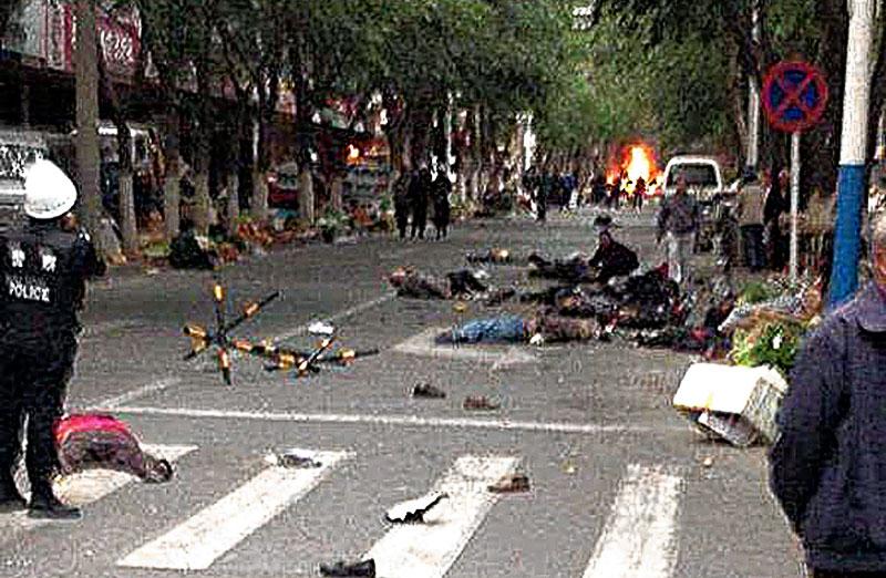 Cet attentat à la bombe sur un marché d'Ürümqi en mai 2014 a causé la mort de 34 personnes. Voir aussi la vidéo sur https://www.wsj.com/articles/explosion-hits-capital-of-chinas-xinjiang-region-state-news-agency-says-1400722279