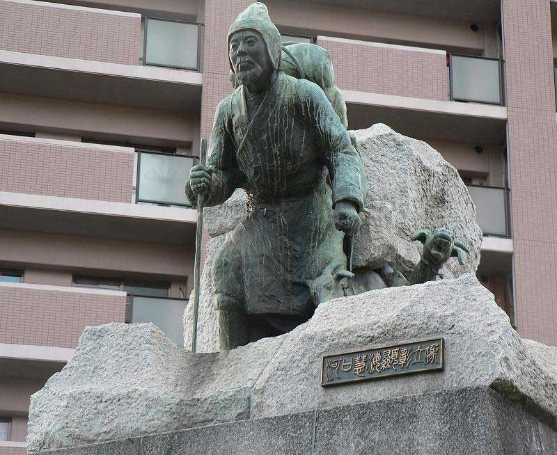 Au Japon : monument en bronze en l'honneur d'Ekai Kawaguchi (Source : Wikimédia commons)