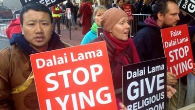 "Photo prise à Boston illustrant l'article « Breakaway Buddhists take aim at the Dalai Lama » par Matthew Bell, publié sur le site ""PRI"" (31/10/2014)"