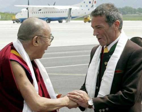 Le dalaï-lamahonore publiquement Jörg Haider en lui offrant la traditionnelle écharpe blanche (Photo prise en 2006 ou 2007)