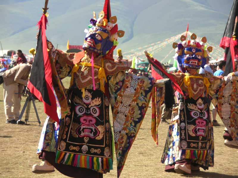 moines dansants au festival de Yushu (photo Jpdes, 2005)